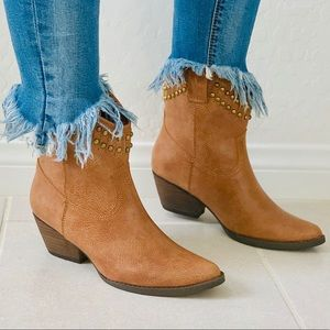 NIB Tan Studded Top Line Cowgirl Western Boots